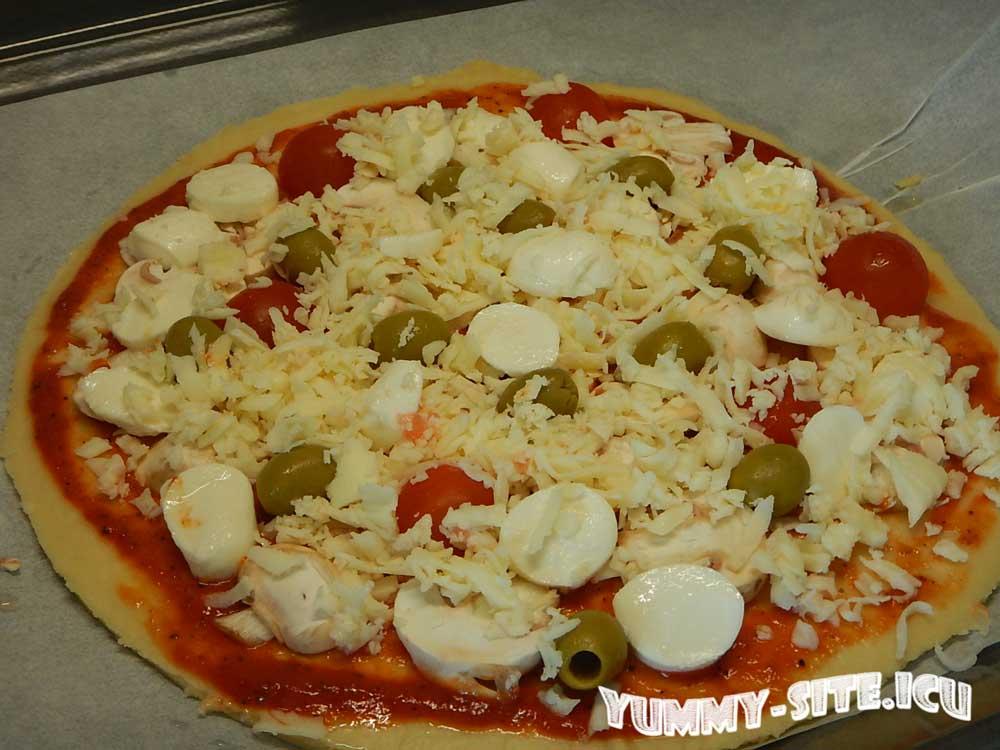 пицца с грибами и оливками