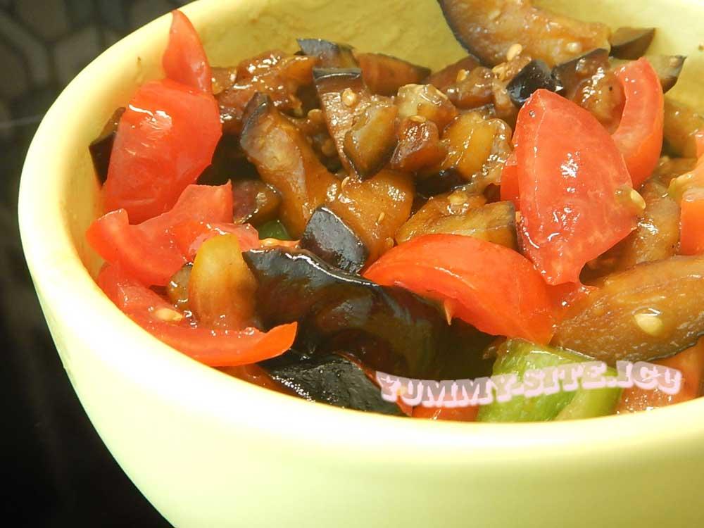 салат с баклажанами, помидорами и перцем