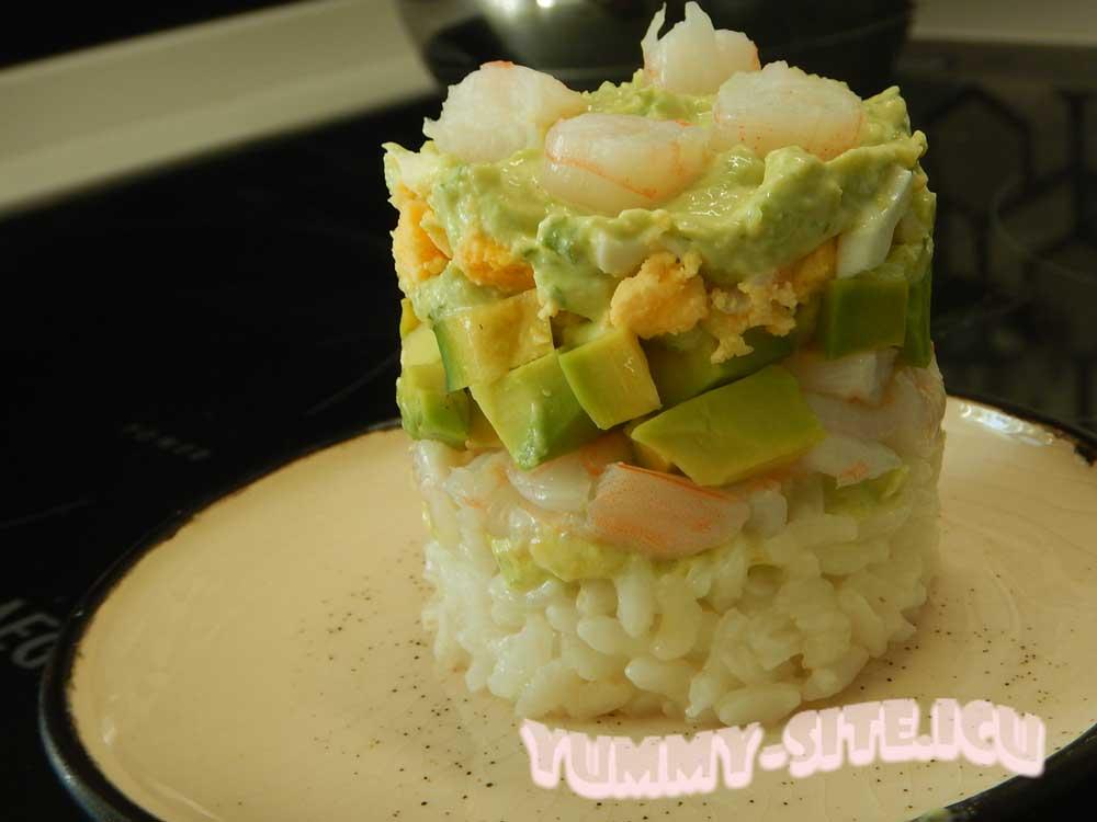 Салат с креветками, авокадо и рисом