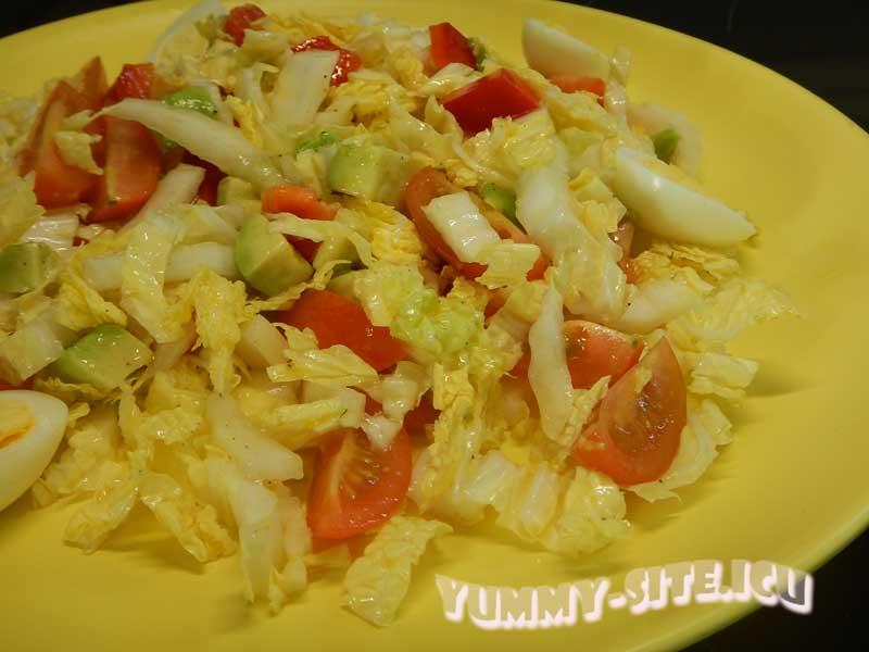 Салат с пекинской капустой, яйцами, авокадо и помидорами