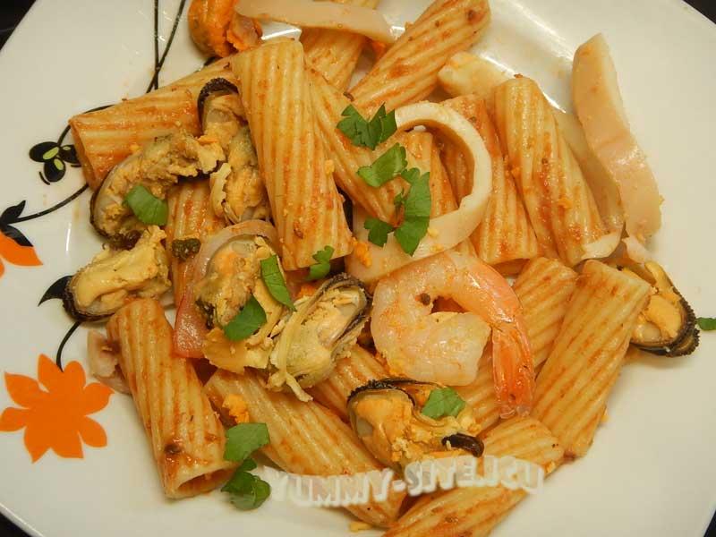 Паста с морепродуктами в томатном соусе