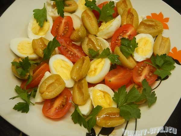 Салат с оливками и перепелиными яйцами