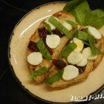 Брускетта с вялеными помидорами, моцареллой и шпинатом