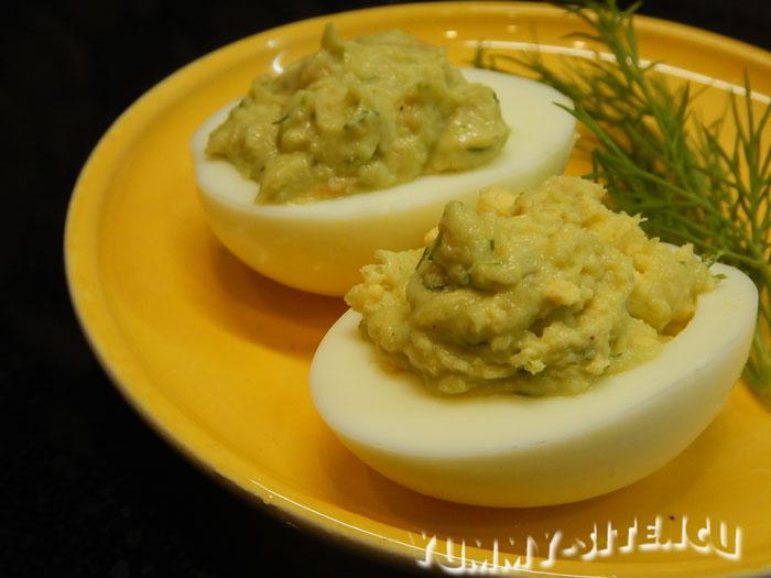 Фаршированные яйца с креветками и авокадо