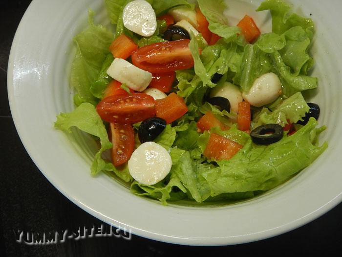 Салат с моцареллой и сладким перцем