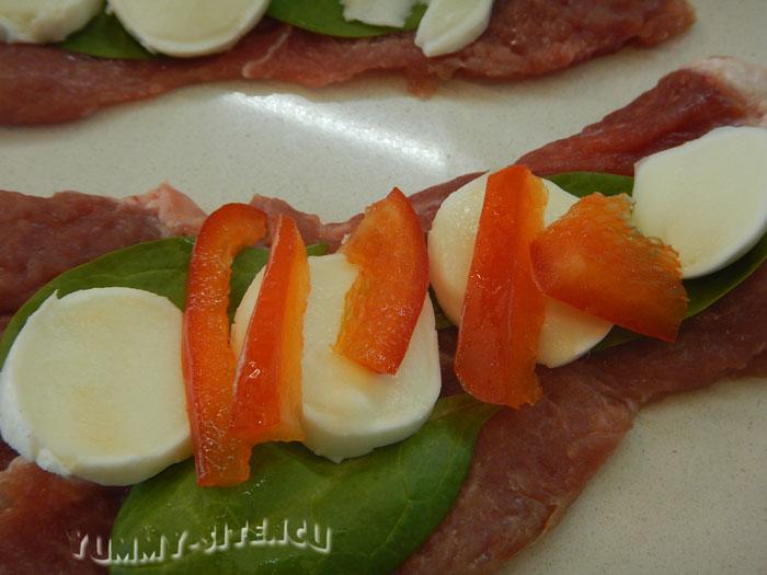 Рулетики из говядины с перцем и сыром