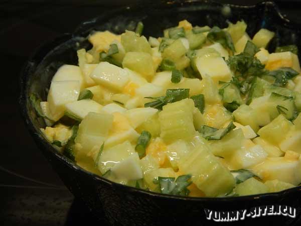 Салат с сельдереем и яйцом