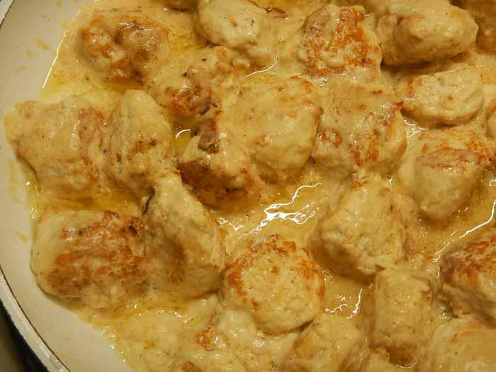 Нежные куриные фрикадельки в соусе бешамель