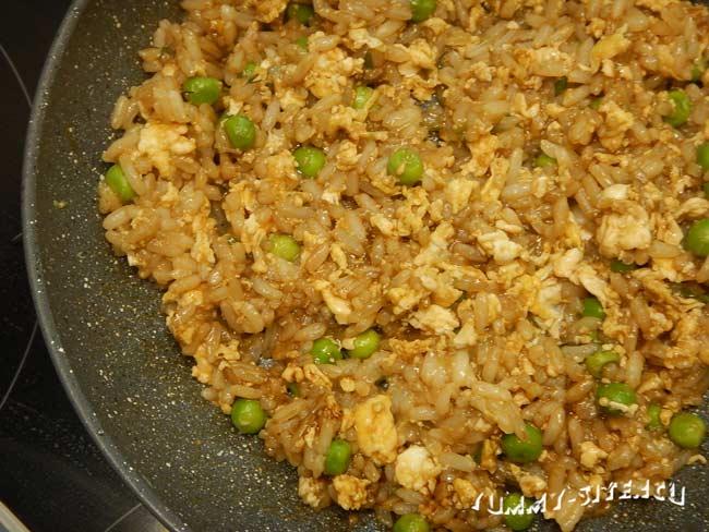 рис с яйцом и соевым соусом