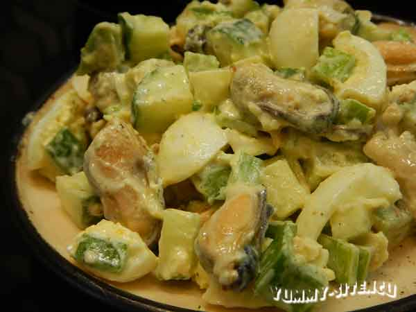 Салат с мидиями, огурцом и сметаной